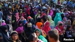 23일 방글라데시 콕스바자르 인근 난민캠프에서 미얀마의 로힝야족 난민들이 구호물품을 배급받기 위해 줄을 서 있다.