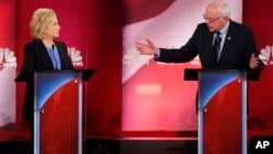 美国民主党参选人希拉里克林顿(左)和伯尼桑德斯在南卡罗莱纳州举行的民主党初选辩论会上 (2016年1月17日)