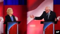 民主党总统参选人前国务卿希拉里·克林顿(左)与佛蒙特州联邦参议员桑德斯在南卡罗来纳州的一场民主党初选辩论会上。(2016年1月17日)