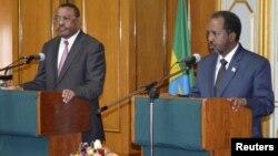 Hailemariam Desalegn (esq) primeiro-ministro da Etiópia e Hassan Sheikh (dir) presidente da Somália (Arquivo)