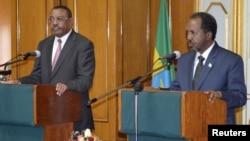 Novo presidente somali, Hassan Sheikh Mohamud (à direita) discursando durante a sua primeira visita ao estrangeiro - Etiópia em Novembro