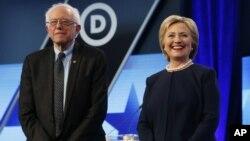 Kandidat Capres partai Demokrat, Senator Bernie Sanders (kiri) dan mantan Menlu Hillary Clinton dalam acara debat di Miami, Florida, Rabu (9/3).