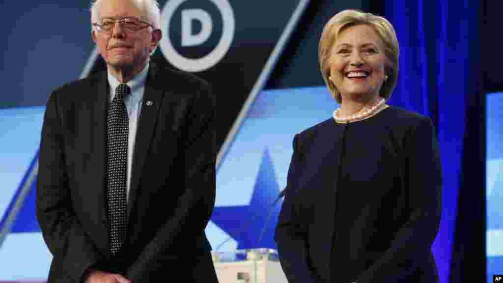 Hillary Clinton et Bernie Sanders attendant le début du débat présidentiel à Miami, le 9 mars 2016.
