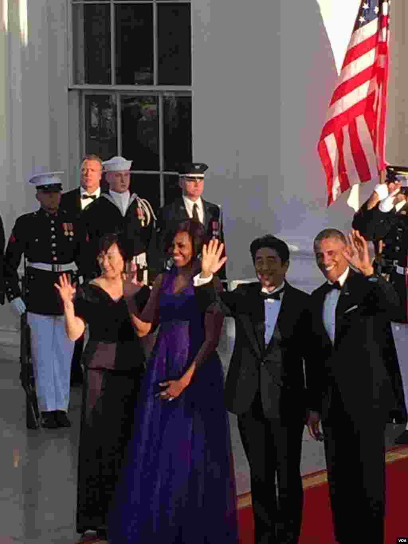 美国总统奥巴马夫妇和日本首相安倍晋三夫妇向媒体招手致意。待会告诉大家晚宴菜单。(美国之音张蓉湘拍摄)