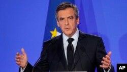 Tokoh konservatif Perancis, Francois Fillon memberikan keterangan pers di Paris, Senin (6/2).