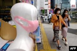 Suasana di salah satu sudut kota Tokyo, di akhir pekan pertama setelah dilonggarkannya aturan pembatasan akibat pandemi corona, 31 Mei 2020. (Photo by Kazuhiro NOGI / AFP)