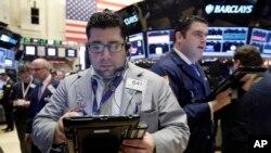 La Bolsa de Valores de Nueva York registró marcadas bajas en las primeras transacciones del lunes, 4 de enero de 2016, siguiendo la tendencia de Asia y Europa.