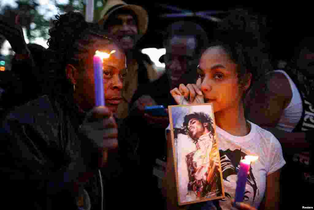 Julya Baer, 30, (R) cries at a vigil to celebrate the life and music of deceased musician Prince in Los Angeles, California, April 21, 2016.