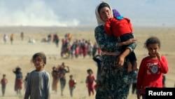 Personas de la minoría yazidi huyen de la violencia causada por el Estado Islámico en Sinjar,Irak.