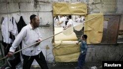 一名猶太人為慶祝猶太教逾越節到來進行準備。