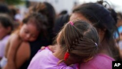 "In this photo of August 30, 2019, two women and their daughters, among dozens of migrants, many of whom were returned to Mexico under the ""Stay in Mexico"" program. (AP Photo / Verónica G. Cárdenas)"