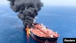 خلیجِ عمان آبنائے ہرمز کے نزدیک واقع ہے جو تیل کی ترسیل کی اہم گزرگاہ ہے۔