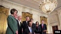 Presiden Obama saat mengesahkan sanksi pemerintah AS terhadap Iran tahun lalu.