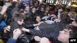 Cảnh sát chống bạo động đã xô xát và bắt giữ tổng cộng 300 người.