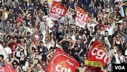 Aksi protes di Marseille, Perancis selatan menentang rencana pemerintah menaikkanbatas usia pensiun.