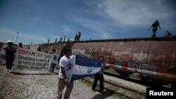 Migrantes centroamericanos llegan a la frontera sur de EE.UU. en busca de asilo.