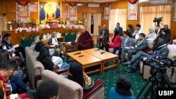 美国和平研究所与西藏精神领袖达赖喇嘛2019年10月23日与战乱地区维和青年领袖在印度达兰萨拉举行对话(图片来源:美国和平研究所)
