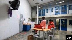 Una propuesta establece que presos federales por delitos de drogas sean liberados anticipadamente, para reducir la población carcelaria.