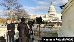 Les journalistes viennent prendre quelques images devant le Congrès, à Washington DC, le 18 janvier 2017. (VOA/Nastasia Peteuil)