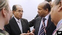 ທ່ານ Mahmoud Jibril ປະທານສະພາປົກຄອງແຫ່ງຊາດໃນໄລຍະຂ້າມຜ່ານຂອງພວກຝ່າຍຄ້ານລີເບຍໂອ້ລົມ ກັບທ່ານ Abdurrahman Mohamed Shalgham ອະດີດຜູ້ຕາງໜ້າຖາວອນຂອງລີເບຍປະຈຳອົງການສະ ຫະປະຊາຊາດ ລະຫວ່າງກອງປະຊຸມຄັ້ງທີ 2 ຂອງກຸ່ມປະສານງານກ່ຽວກັບລີເບຍ ທີ່ກຸງໂຣມ (5 ພຶດສະພາ 2011)