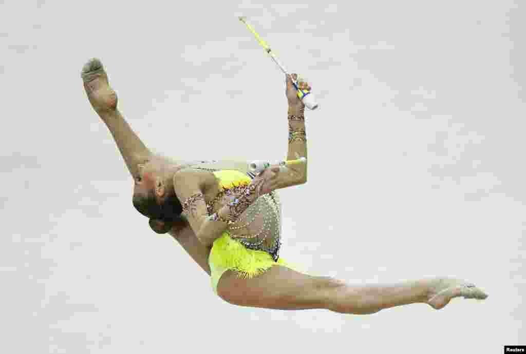 منسک میں اکتیسویں یورپین رتھمک جمناسٹکس چمپیئن شپ میں روس کی الیکساندرا سولداتووا اپنے فن کا مظاہرہ کر رہی ہیں۔