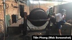 Máy trộn dùng để nhuộm cà phê với dung dịch bột pin ở cơ sở rang xay cà phê của bà Nguyễn Thị Thanh Loan.