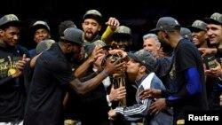 Remise du trophée au Golden State, champion de la NBA de la saison 2018 à l'issue d'une quatrième victoire d'affilée en finale contre le Cleveland Warriors, au Quicken Loans Arena, Cleveland, 8 juin 2018. (Reuters/ Kyle Terada-USA TODAY Sports)