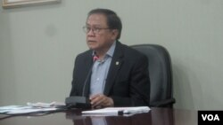 Sekretaris Kabinet Dipo Alam memberikan keterangan kepada wartawan. (VOA/Andylala Waluyo)