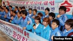 북한에서 열리는 2013 아시안컵 및 아시아클럽 역도선수권대회에 출전하는 한국 선수단이 10일 한국 김포공항을 통해 중국 베이징으로 출국하며 사진 촬영을 하고 있다.