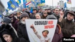 Manifestantes ucranianos piden la libertad de la líder encarcelada Yulia Tymoshenko, en la Plaza de la Independencia, en el centro de Kiev.