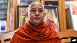 """Wirathu, pemimpin organisasi Biksu militan """"Ma Ba Tha"""" dalam wawancara di Mandalay, Myanmar (foto: dok)."""