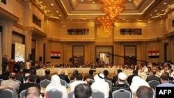 Lider sirijske opozicije Haitam al-Maleh (krajnje levo za govornicom) obraća se prisutnima na sastanku u Istanbulu