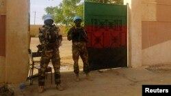 Dua anggota penjaga keamanan PBB (MINUSMA) berjaga di depan kantor gubernur di Kidal, Mali, 15 November 2013 (Foto: dok). Beberapa anggota MINUSMA dikabarkan tewas dan terluka dalam serangan bom bunuh diri di kota ini, Sabtu (14/12).