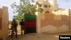 Binh sĩ thuộc lực lượng Gìn giữ Hòa bình Liên Hiệp Quốc đứng gác trước văn phòng của thống đốc ở Kidal, 15/11/2013
