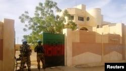 Des casques de la MINUSMA en garde devant un bureau gouvernemental à Kidal, au Mali, le 15 novembre 2013 (Reuters)