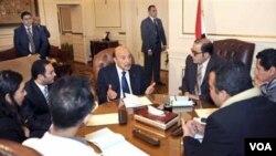 El vicepresidente Omar Suleinman durante las reuniones que abrieron las conversaciones entre gobierno y oposición en Egipto.
