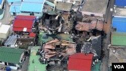 Gambar dari udara ini menunjukkan rumah-rumah yang rusak akibat serangan di pulau Yeonpyeong, Korea Selatan, akibat serangan Korea Utara.