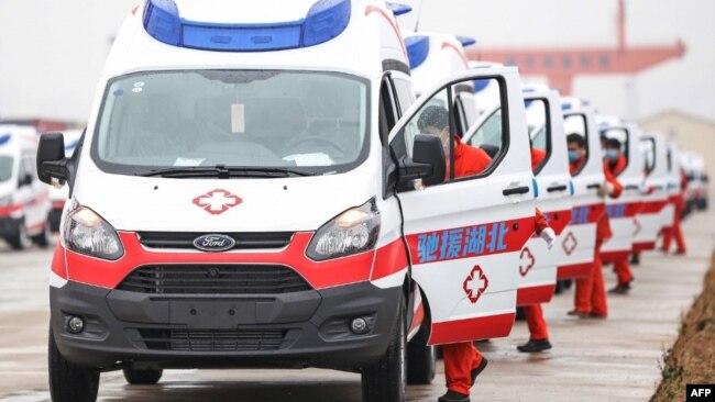 中国江西省南昌市一队负压救护车准备前往武汉救援。(2020年2月12日)