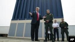 Prezident Donald Tramp AQSh-Meksika chegarasida devor prototipi qarshisida so'zlamoqda, 13-mart, 2018