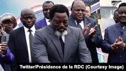 Le président de la République démocratique du Congo Joseph Kabila pose la première pierre d'une nouvelle aérogare visant à poursuivre la modernisation de l'aéroport international de N'Djili-Kinshasa, Kinshasa, 2 mai 2018. (Twitter/Présidence de la RDC)