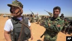 利比亚反政府武装的战士守卫在利比亚西部的山区