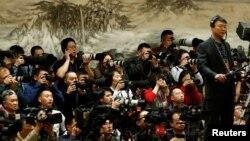 3일 시작되는 '양회'에 대한 안내 기자회견을 취재하기 위해 전날 내· 외신 기자들이 베이징 인민대회당에 모여있다.