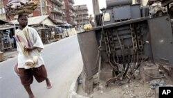 Seorang berjalan di depan instalasi listrik yang rusak di Lagos, Nigeria (foto:dok). Walaupun Nigeria memiliki cadangan energi yang besar, korupsi dan salah urus menyebabkan negara ini tidak memiliki cukup listrik.