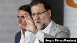 En la imagen de archivo, el presidente del gobierno español, Mariano Rajoy (D) junto al ex presidente José María Aznar en un acto de FAES en Madrid el 5 de julio de 2015.