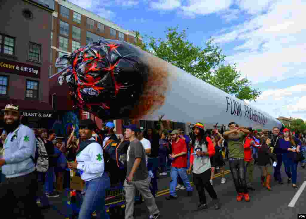 Группа приветствующих закон о легализации марихуаны