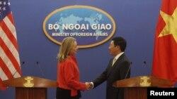 AQSh Davlat kotibasi Xillari Klinton Vyetnam Tashqi ishlar vaziri Fam Bin Min bilan matbuot anjumanidan so'ng, Xanoy, 10-iyul, 2012-yil.