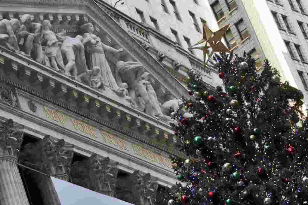 ដើមឈើណូអែលនៃអគារ New York Stock Exchange ត្រូវបានបំពាក់ភ្លើងនៅលើផ្លូវ Broad Street ក្នុងសង្កាត់ Manhattan បុរីញូវយ៉ក។