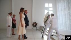 美国总统川普和第一夫人梅拉尼亚在珍珠港的亚利桑那号战列舰纪念馆敬献花圈。