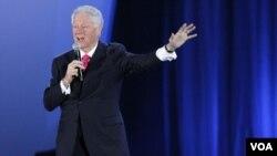 El ex presidente Bill Clinton pronunció unas breves palabras y bromeó durante el concierto.