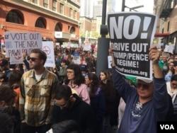 Asistentes a la Marcha por Nuestras Vidas en Los Angeles. Foto: Arturo Martínez, VOA.